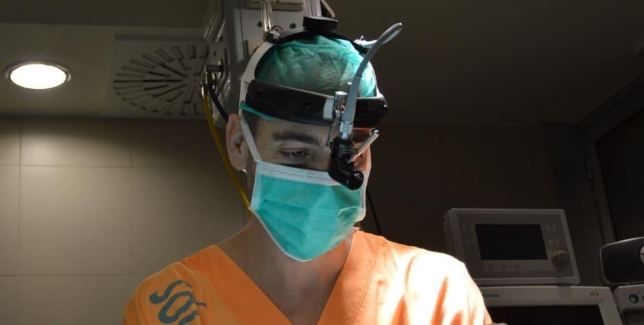doctor practicando rinoplastia