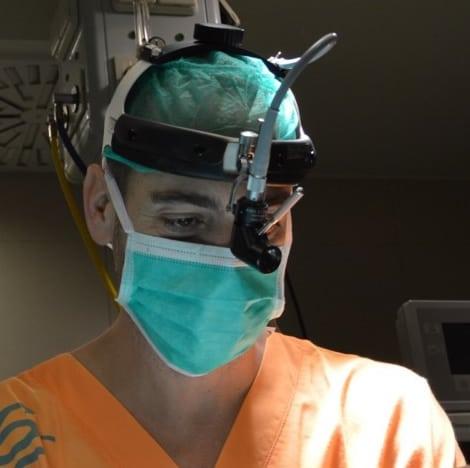 Doctor en quirófano practicando una rinoplastia